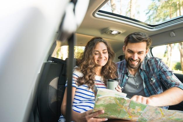 Młoda para na podróż samochodem