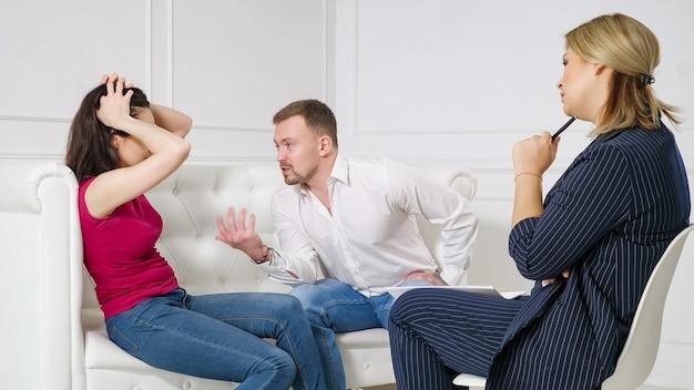 Młoda para na przyjęciu z psychologiem.
