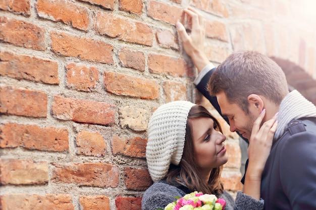 Młoda para na randce w mieście