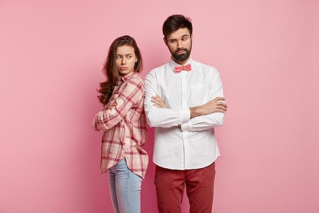 Młoda para na sobie kolorowe ubrania
