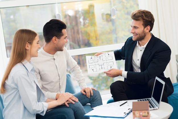 Młoda para na spotkaniu z pośrednikiem w handlu nieruchomościami.