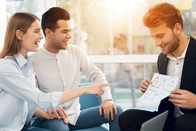 Młoda para na spotkaniu z pośrednikiem w handlu nieruchomościami