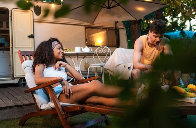 Młoda para na wakacjach z kamperem podróżowanie autokarawaną