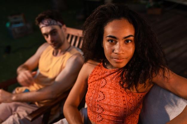 Młoda para na wakacjach z kamperem. podróżowanie z autokarawaną. koncepcja o podróżach i stylu życia na wakacjach