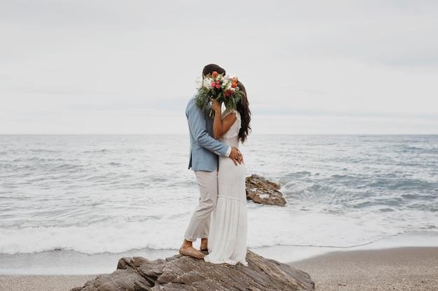 Młoda para na weselu na plaży