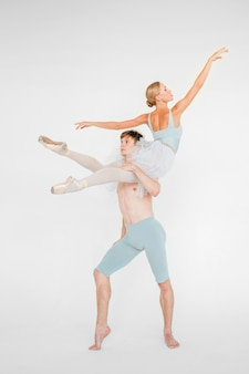 Młoda para nowożytni baletniczy tancerze pozuje nad białym pracownianym tłem
