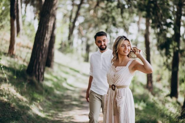 Młoda para o spacer w lesie