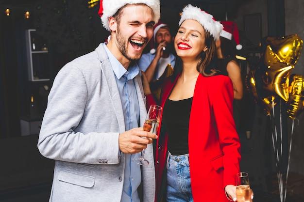 Młoda para obchodzi sylwestra z szampanem