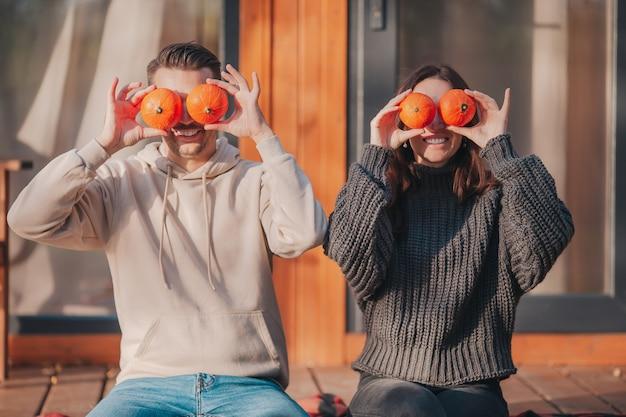 Młoda para obejmujące oczy z dyni na jesienny dzień
