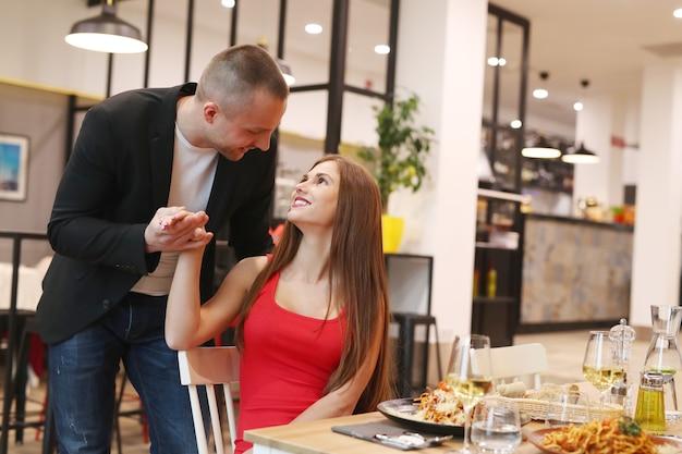 Młoda para obiad w restauracji