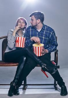 Młoda para ogląda film
