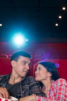 Młoda para oglądając film w kinie