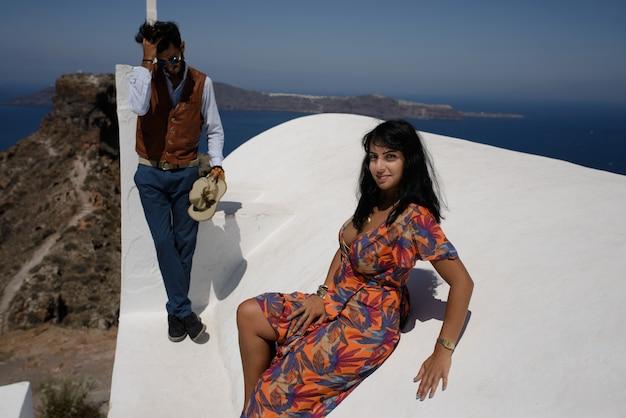 Młoda para patrzy na krajobraz wyspy santorini
