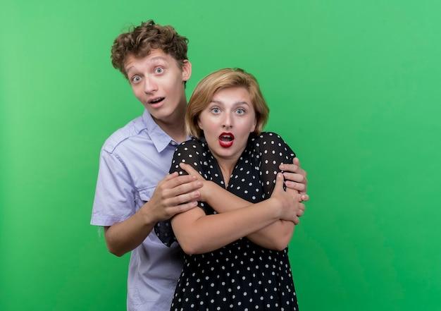 Młoda para piękny mężczyzna i kobieta razem zaskoczony zielenią