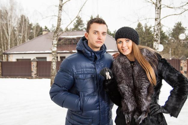 Młoda para piękny stojący obejmującego