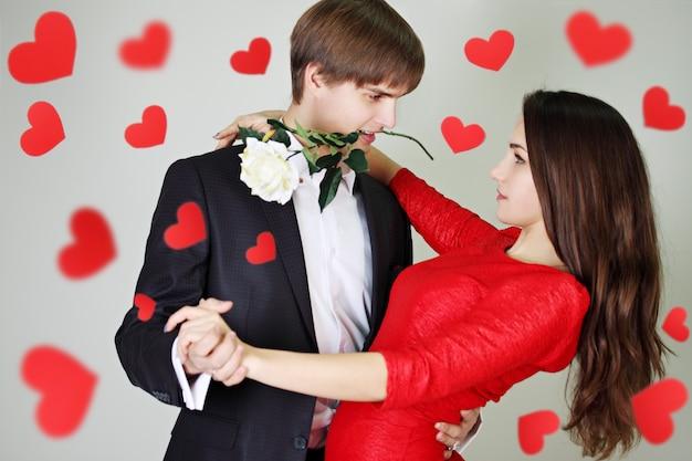 Młoda para piękny taniec tango z różą