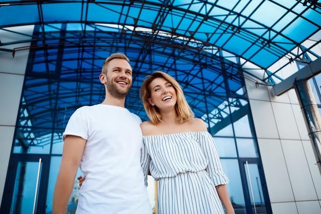 Młoda para piękny uśmiech, obejmując, spacerując po mieście