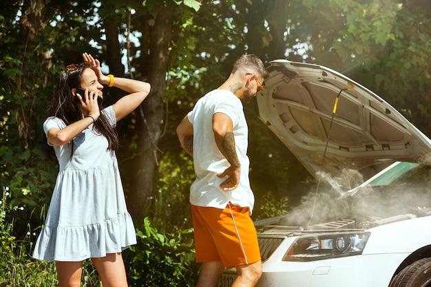 Młoda para podróż samochodem w słoneczny dzień