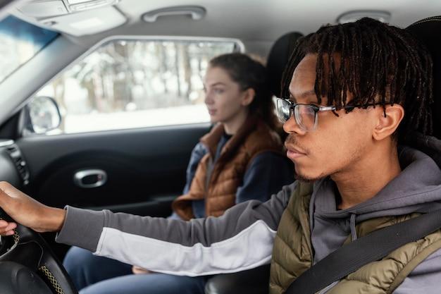 Młoda para podróż samochodem