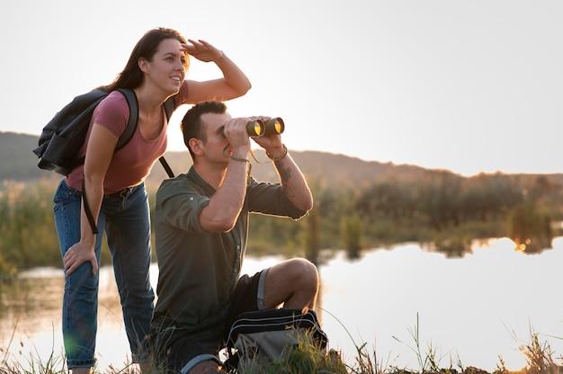 Młoda para podróżująca razem