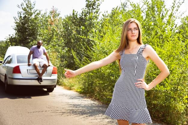 Młoda para podróżuje samochodem w słoneczny dzień