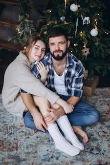 Młoda para pozytywne przytulanie i relaksuje razem w przytulnej sypialni