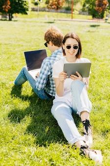 Młoda para pracuje w parku