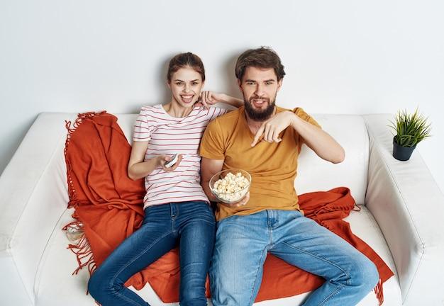 Młoda para przed telewizorem w swoim nowym mieszkaniu
