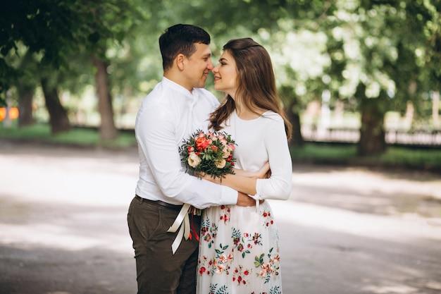 Młoda para przed zaręczynami