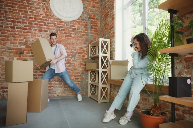 Młoda para przeprowadziła się do nowego domu lub mieszkania