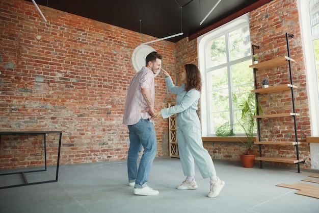Młoda para przeprowadziła się do nowego domu lub mieszkania.