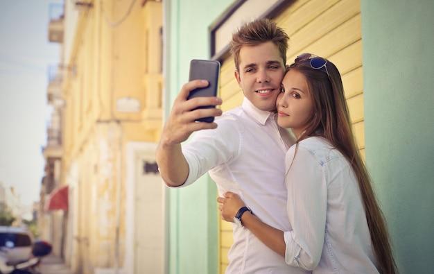 Młoda para przy selfie