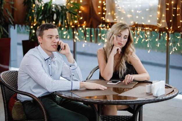 Młoda para przy stoliku w kawiarni
