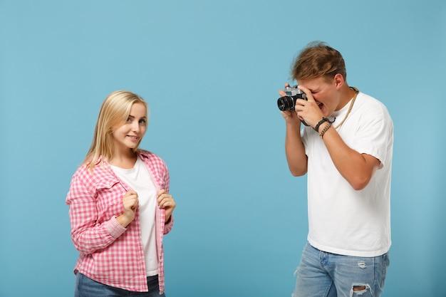 Młoda para przyjaciół facet i kobieta w białych różowych pustych pustych koszulkach pozowanie