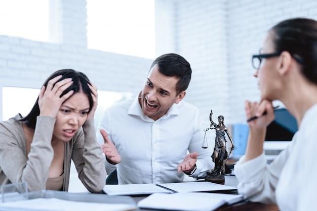Młoda para przyszła do prawnika. koncepcja rozwodu.