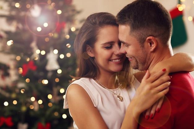Młoda para przytula się w okresie świątecznym
