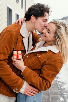 Młoda para przytulanie na świeżym powietrzu