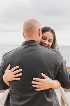 Młoda para przytulanie