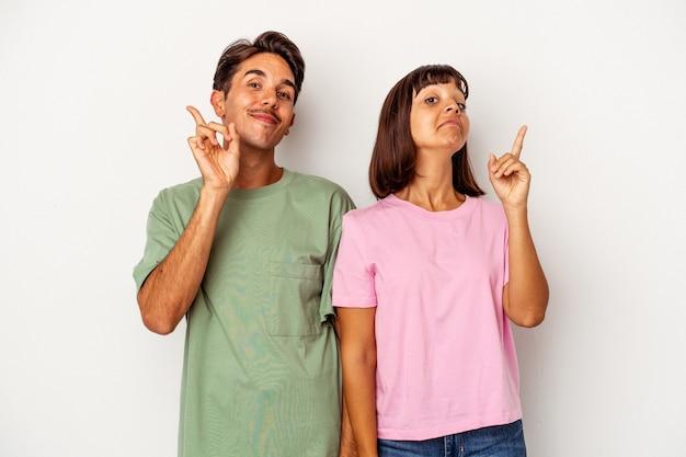 Młoda para rasy mieszanej na białym tle pokazano numer jeden z palcem.