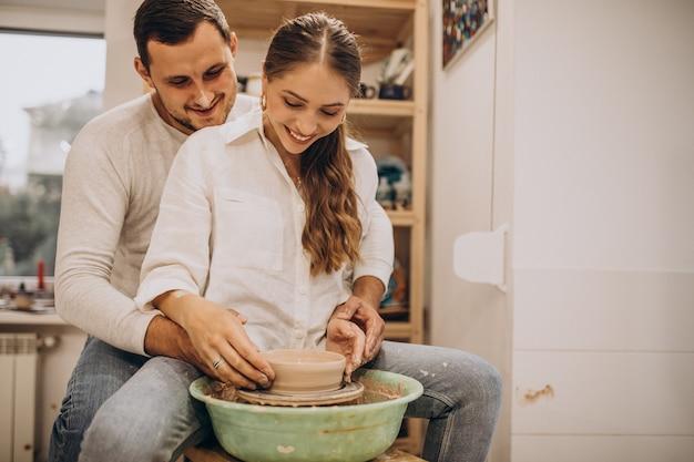 Młoda para razem na lekcji ceramiki