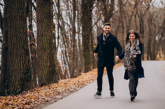Młoda para razem spaceru w parku jesienią