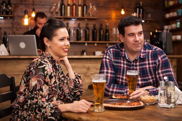 Młoda para razem świetnie się bawią. pyszna pizza.