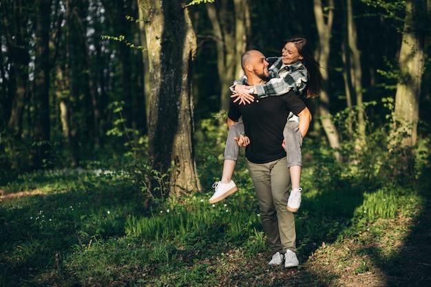 Młoda para razem w lesie