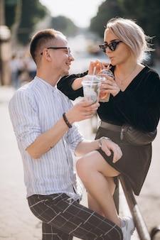 Młoda para razem w mieście