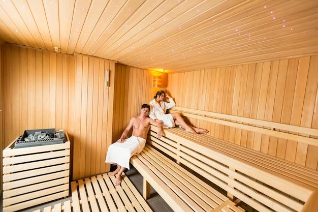 Młoda para relaks w saunie