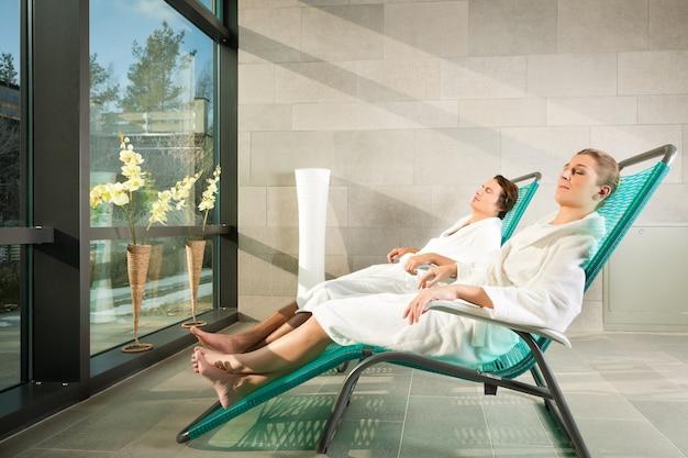 Młoda para relaks w spa wellness