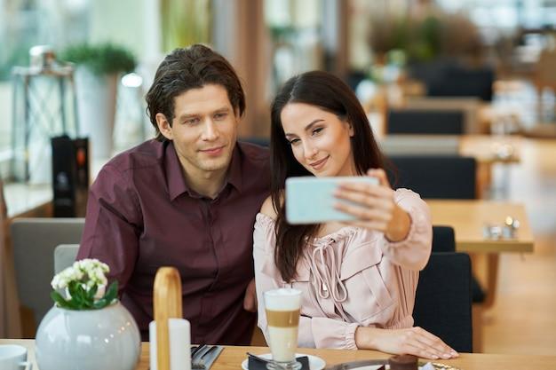 Młoda para robi selfie w kawiarni