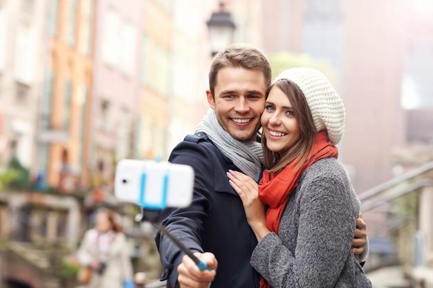 Młoda para robi selfie w mieście