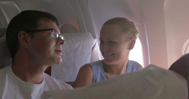 Młoda para robi selfie z komórką w samolocie