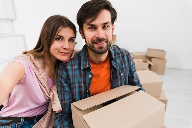 Młoda para robi siarczek podczas przeprowadzki do nowego mieszkania